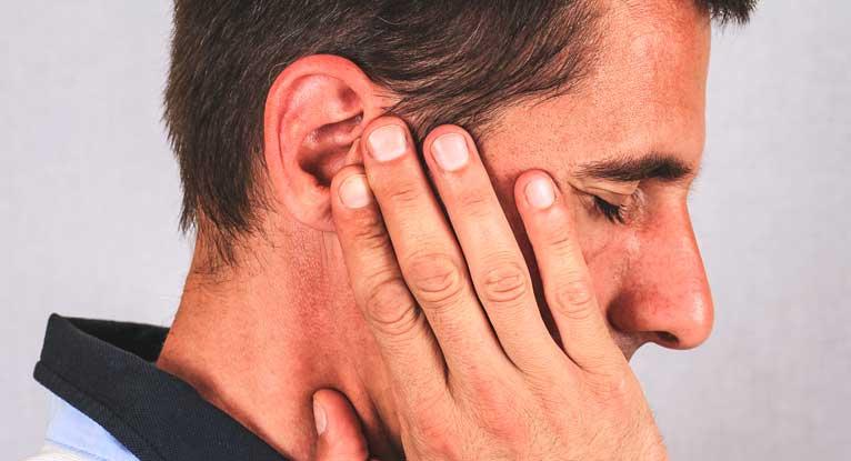 Атерома за ухом (на мочке): причины, симптомы, лечение